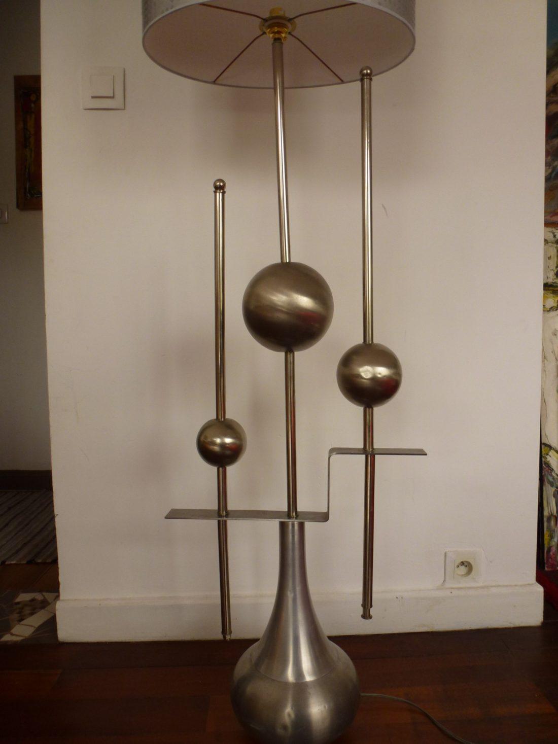 Lampe de sol en métal design 1970 vue rapprochée