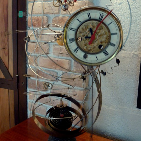 pendule dessinée par Pierre Cornet ,faites d'un assemblage de pièces d'horlogerie,fonctionne avec des piles