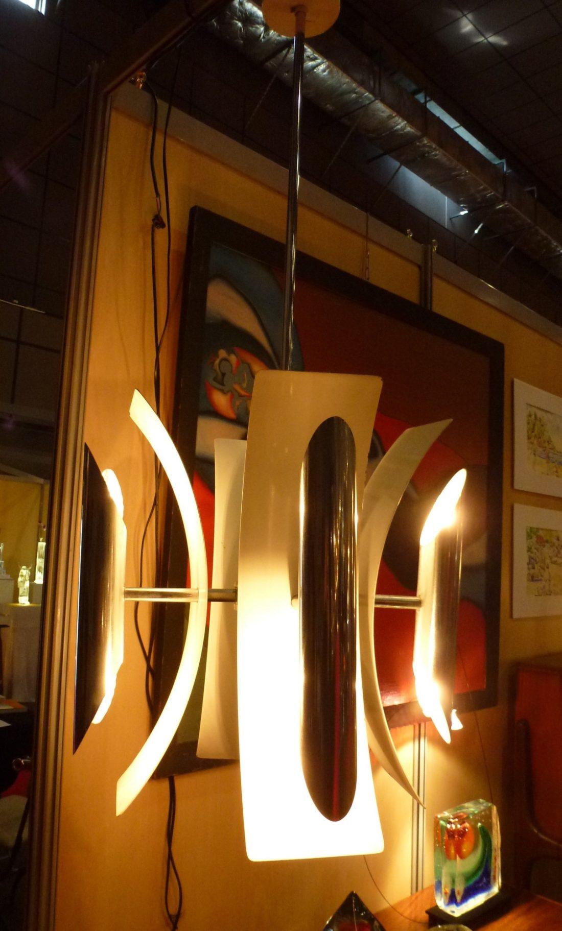 lampe de plafond très typée 70 composée de lames de métal laqué blanc et de tubes chromés