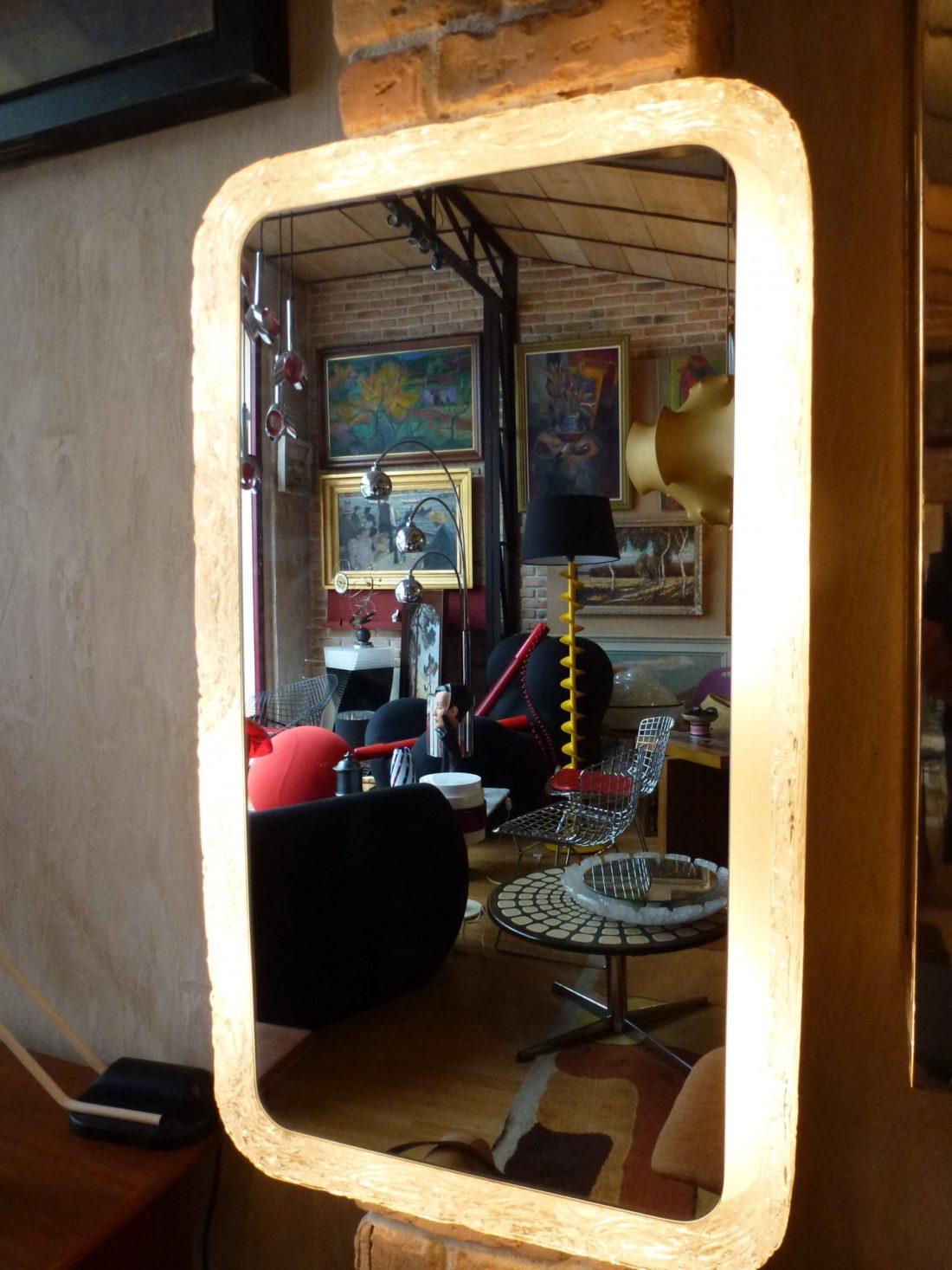 miroir lumineux des années 60 original par sa forme rectangulaire