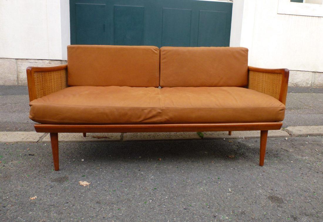 l 39 attrape coeur sofa daybed canap lit de peter hvidt en teck cannage et cuir fauve dit. Black Bedroom Furniture Sets. Home Design Ideas