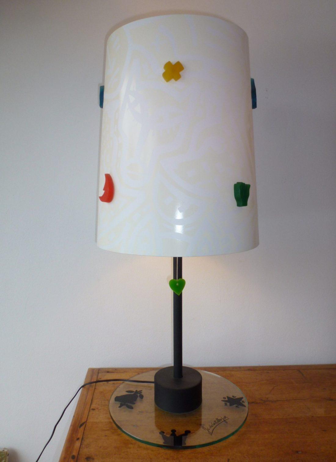 lampe par Jean Charles de Castelbajac ,base en verre et abat jour décoré de pièces en résine