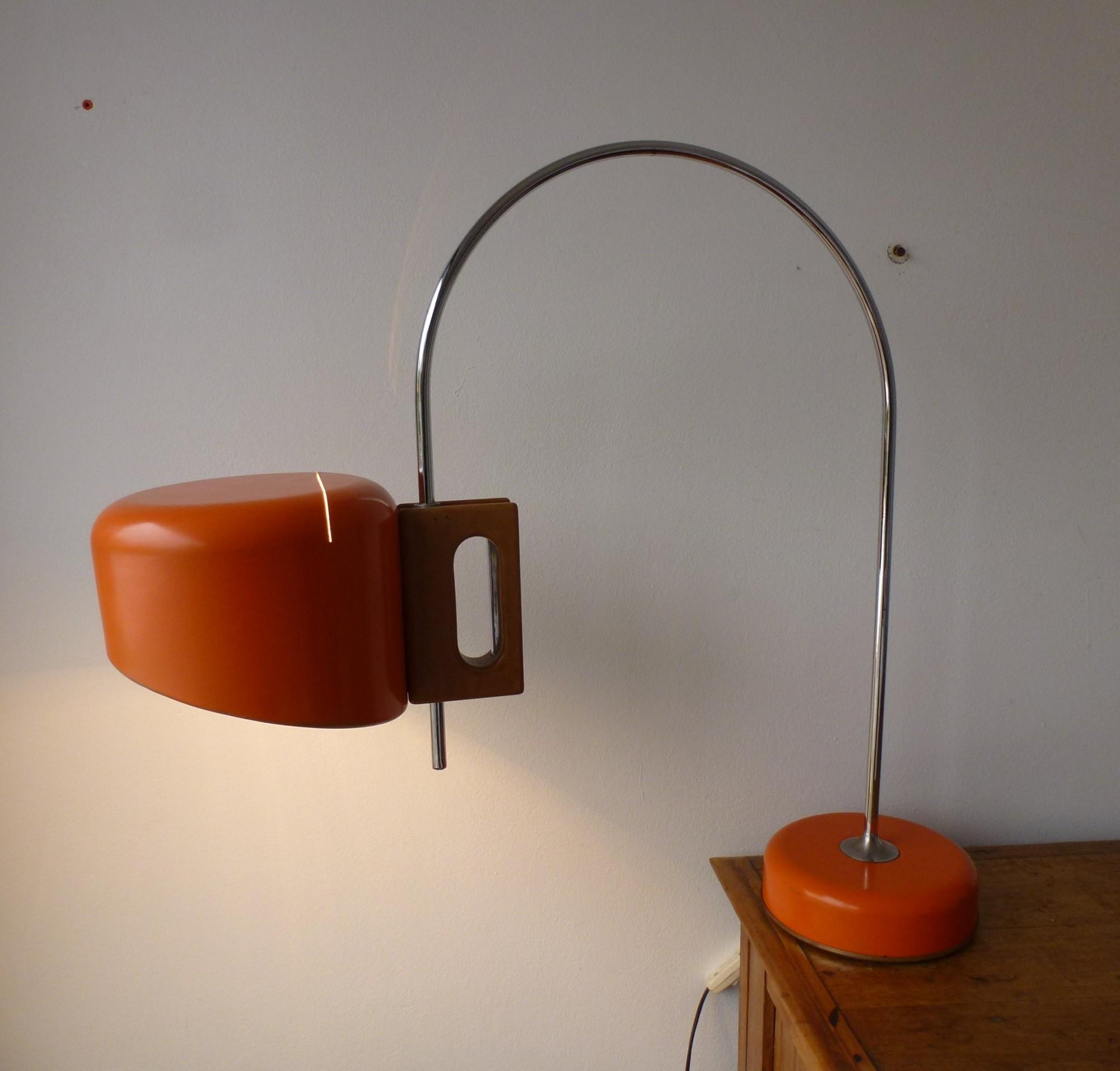 lampe de Joe Colombo, composée d'un fût de métal qui passe à travers une pièce de bois qui en fait toute l'originalité