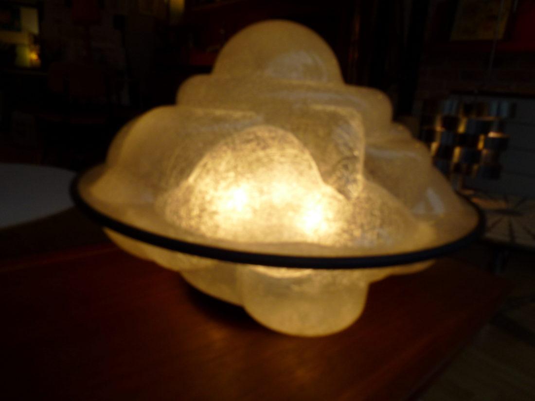 créee en 68 par Sergio Asti, la lampe profiterole,Lumière diffuse à travers sa structure en fibre de verre