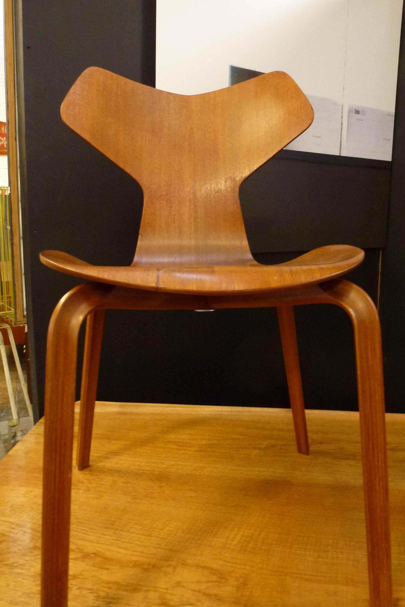 """authentique chaise """"grand prix""""d'Arne Jacobsen, créée en 1957,édition ancienne ,bon état"""
