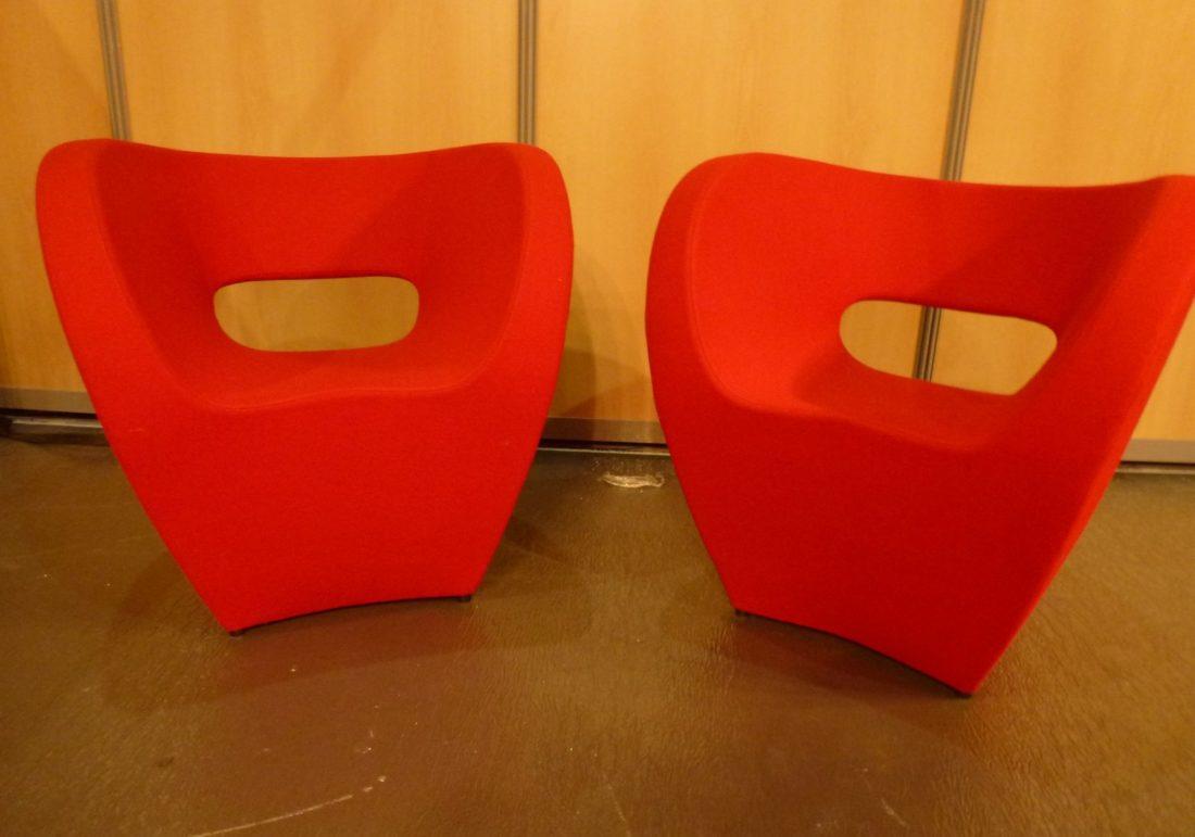 l 39 attrape coeur ron arad fauteuils victoria albert en tissu de laine rouge dit s par moroso. Black Bedroom Furniture Sets. Home Design Ideas