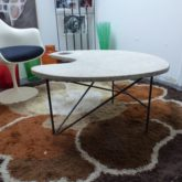 Table basse dessus pierre, pied tripode