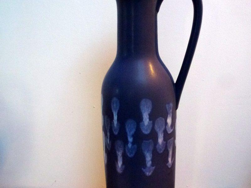 Céramique 50 signée germany, décor monochrome, un bleu soutenu d'aspect mat